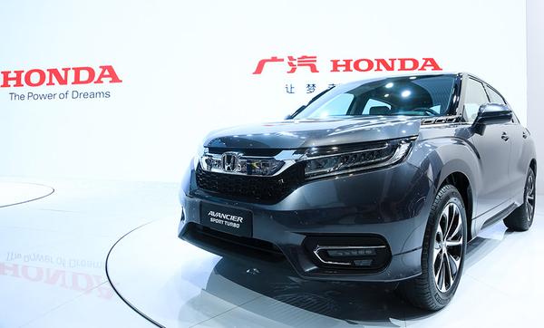 """4月19日,备受瞩目的汽车年度盛会——第十七届上海国际车展正式拉开帷幕。坐标8.2号馆,简约科技、璀璨魅力的Honda联合展台上,广汽本田携Honda品牌全系车型登场,尽显科技时尚的无限张力。 新雅阁锐混动、冠道领航梦想驰骋  不坠青云之志,梦想笃定前行。立足Honda、理念、Acura三品牌矩阵,广汽本田在""""让梦走得更远""""的全新品牌口号引领下,通过更丰富的产品与技术,与各领域消费者需求完美契合,用强大的产品力诠释""""广本梦""""的内涵。"""