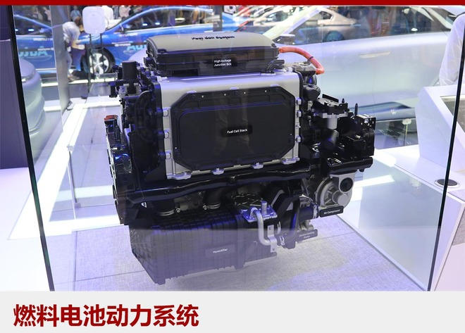 FE燃料电池概念车搭载现代汽车第四代氢燃料电池技术,体现了目前全球氢燃料电池汽车领域的最新技术和高水准。与上一代ix35氢燃料电池车相比,新技术实现车身减重20%,动力效率提高10%,燃料电池堆功率密度增加30%。同时车辆还搭载便携式电池组,并利用车辆本身的输出能量给电池组充电,既环保又便捷。