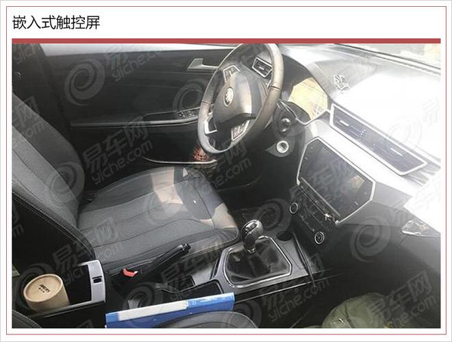 汽车内饰与三辐真皮多功能方向盘,采用8英寸触摸屏的控制操作.
